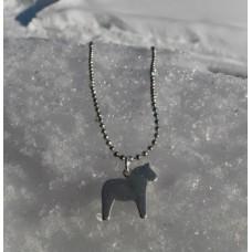 Halssmycke med hel silverfärgad dalahäst